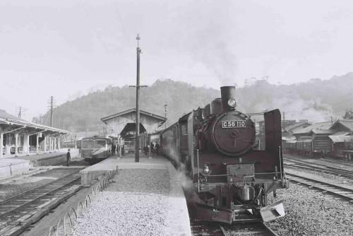 昭和39年木次駅3番線 宍道から来たC56のひく列車