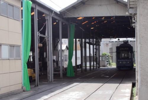 出入りは2線だが、奥にトラバーサーがあって車庫へ転線できる。