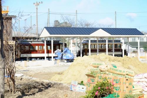 停留所の左が市交の29号、右が京電の27号