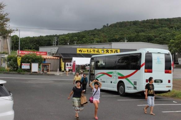 観光バス御一行様の到着、後ろに見えるのが土産物屋