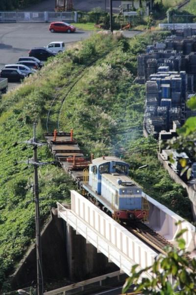 鉄橋を渡り トンネルに入るDD401+空チキ2両