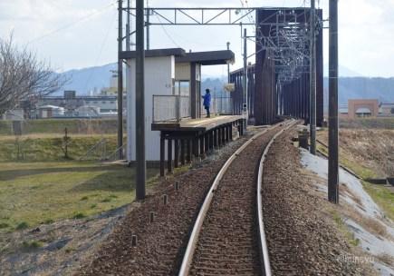 ▲ 九頭竜川の堤防に隣接する中角駅。3月27日の相互乗り入れ時には唯一停車しないえちぜん鉄道側の駅です。