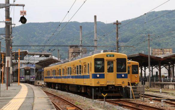 府中駅を発車した250M
