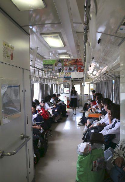府中駅で発車を待つ臨8727D キハ120 6の車内