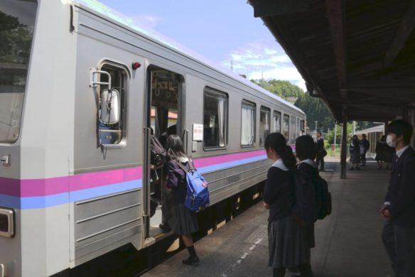 吉舎駅で乗り込む高校生たち