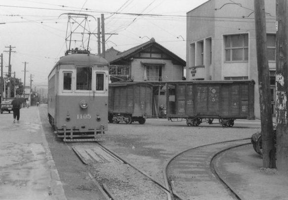 先着電車は入換え作業でデルタ上の貨車を連結、出発待機する