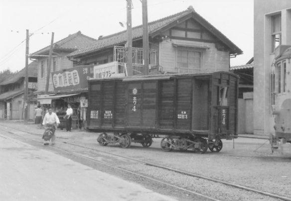 ホワを押し込み牽引の電車は福島駅行きとなり出発