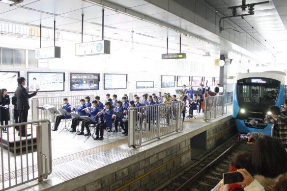 地元高校の吹奏楽部の演奏に迎えられ、一番列車が入線