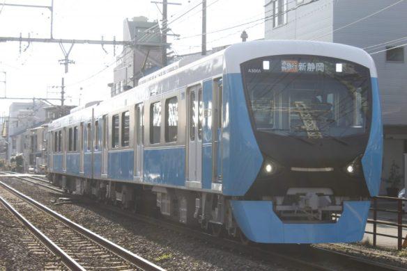 朝日をバックに、通勤急行に充当されるA3001F。標識灯とミュージックホーンという特急列車並の組み合わせです。