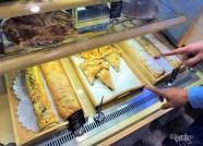 両側の巻いたお菓子はシュトゥルーデル。
