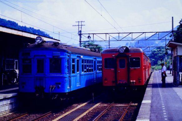 クモハ60113 左はキハ52+キハ55 南小谷