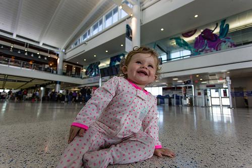 Rolando pelo chão do aeroporto em Houston, Texas