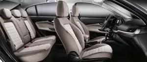 صورة المقاعد الأمامية والكنبة الخلفية للسيارة