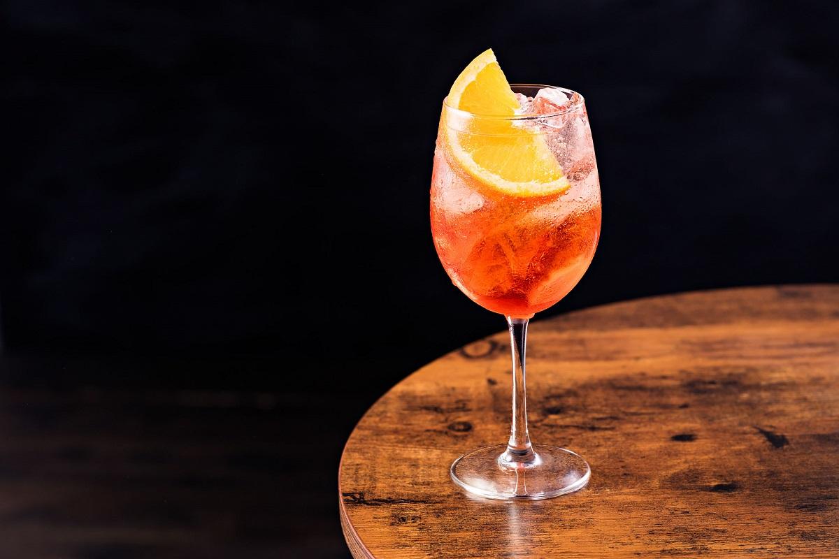 Ricetta Aperol Spritz Con Vino Bianco.Spritz La Ricetta Classica E Le Sue Varianti Drinkabile