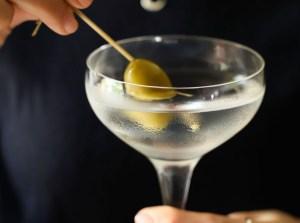 martini cocktail con oliva