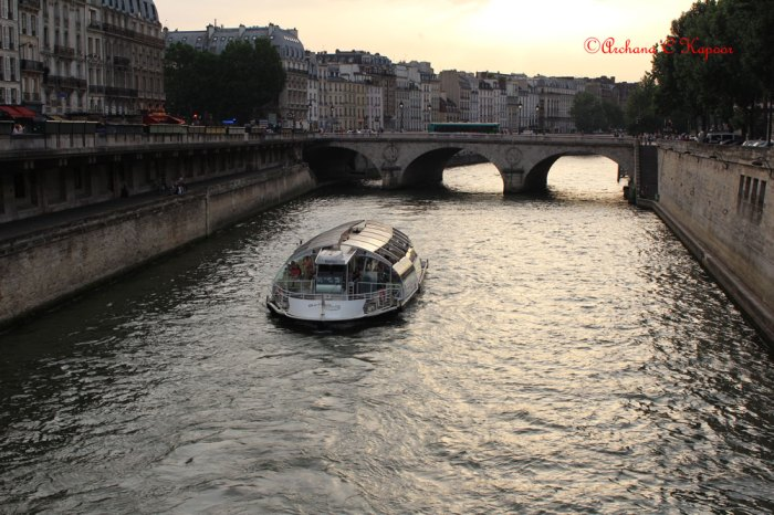 An amorous cruise on the Seine in the evening