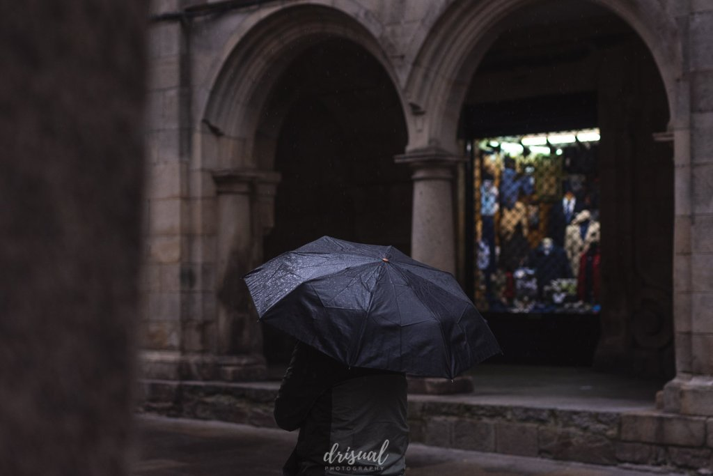 paraguas bajo la lluvia en santiago de compostela