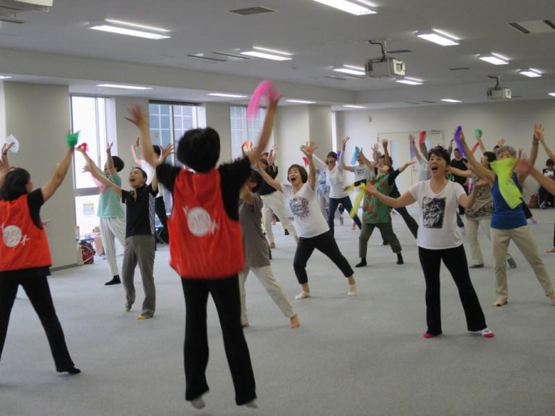 石川さんがプロデュースを手掛けた認知症予防ダンスで盛り上がるみなさん(やわらぎのブログより)