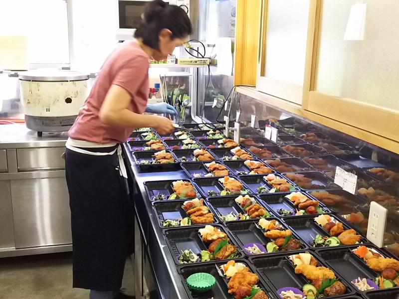 厨房の様子。この日の日替わり弁当は、チキンカツと野菜巻き。店内販売用には毎日30~40食を作る。