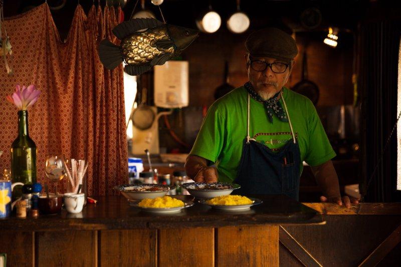 モレーナのオーナー栗岩英彦さん。店内には、世界の旅の記憶を閉じ込めたかのような栗岩さんのこだわりが随所に感じられます。