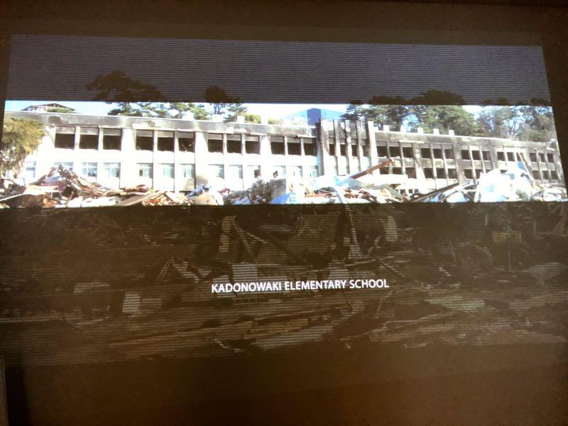 「南浜つなぐ館」で上映されたビデオの一部。津波直後の生々しい写真には、住民感情に配慮し、日本語のキャプションはつけていない。
