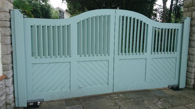 swan-wooden-driveway-gate