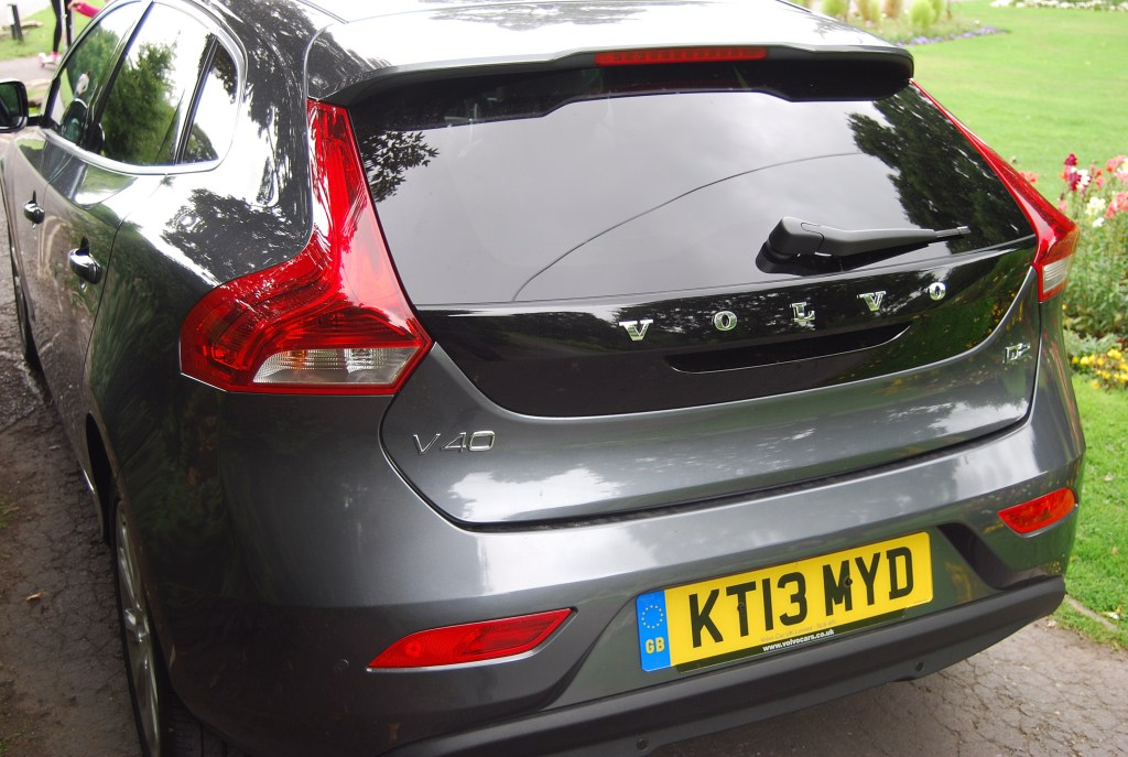 Light clusters and piano- black panel add an individuality V40 D2
