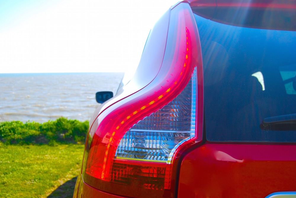 volvo_xc60_r_design_red_rear_light