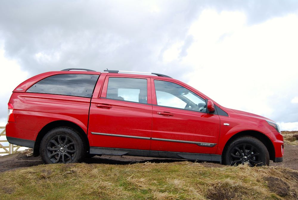 ssangyong musso red side off road