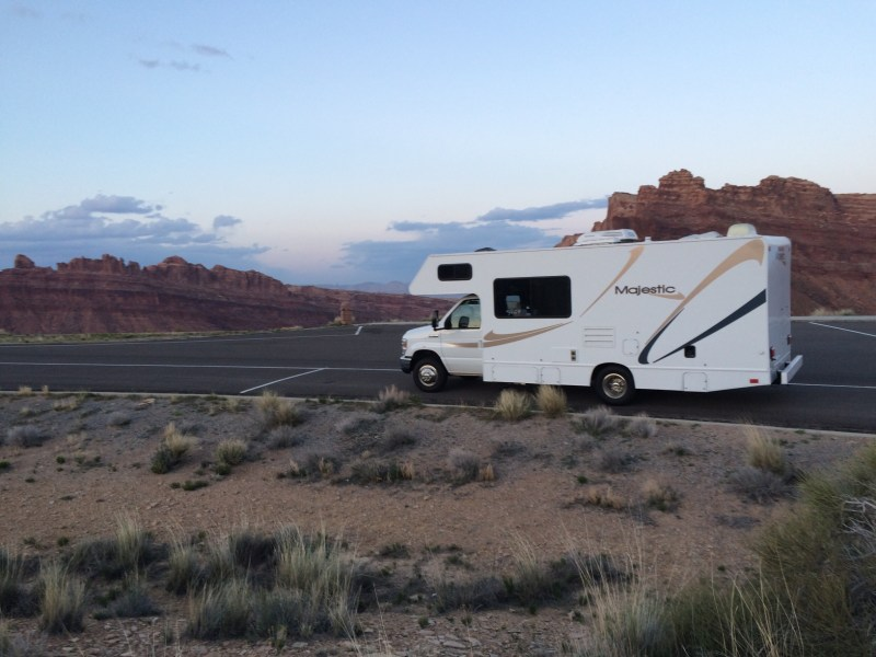 rv-at-the-san-rafael-swell_t20_RwOzBk
