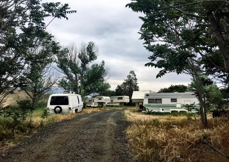 old-motor-homes-and-trailers-parked-in-the-wilderness_t20_3QJgdN