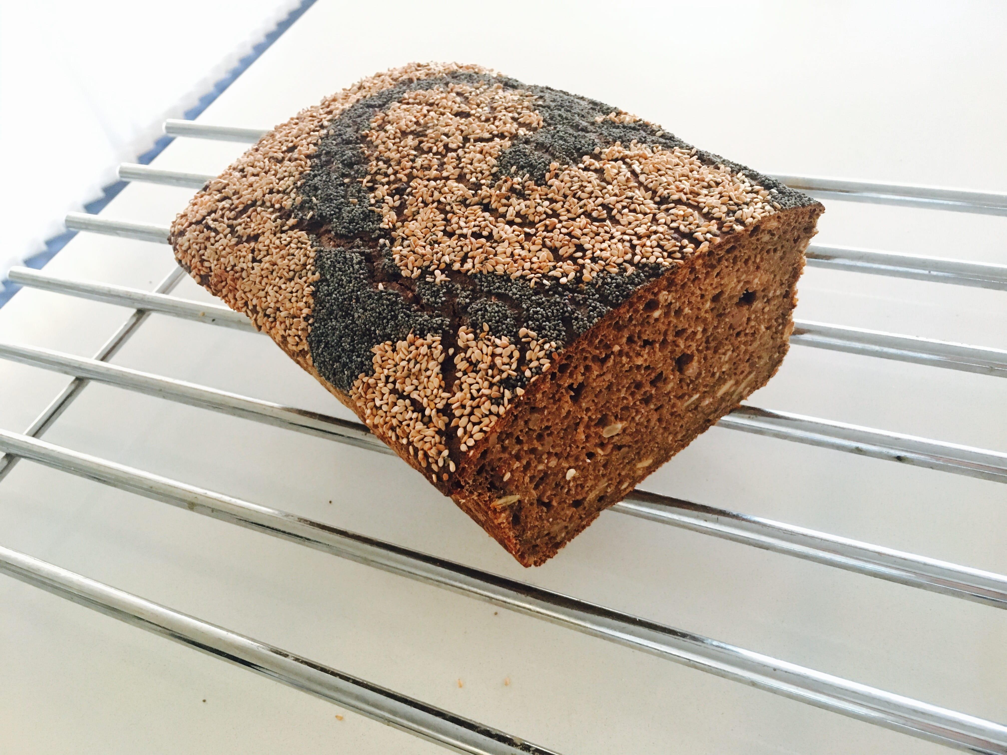 Hjemmelavet rugbrød opskrift sådan laver du hvordan laver man rugbrød surdej rugsurdej kerner til rugbørd