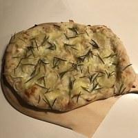 kartoffelpizza kartoffel på pizza opskrift sådan laver du kartoffelpizza med rosmarin rosemarin opskrift