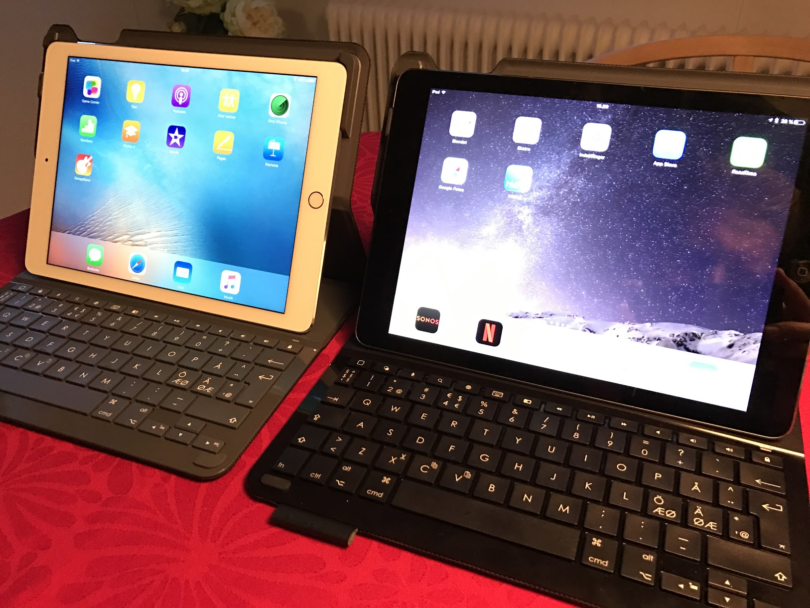 Keyboard og Ipad Air 2 (ve.) og Ipad Air (hø.)