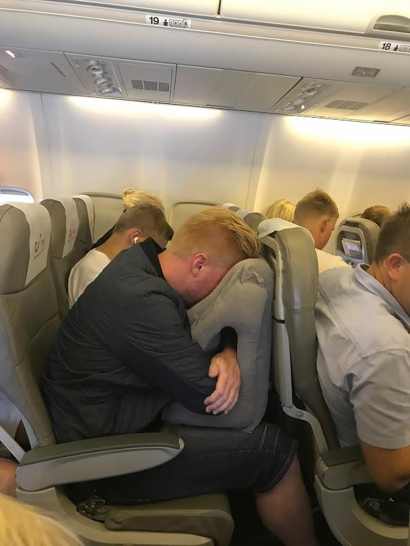 test nakkepude sovepude anmeldelse afslapning rejsepude flyet toget bilen