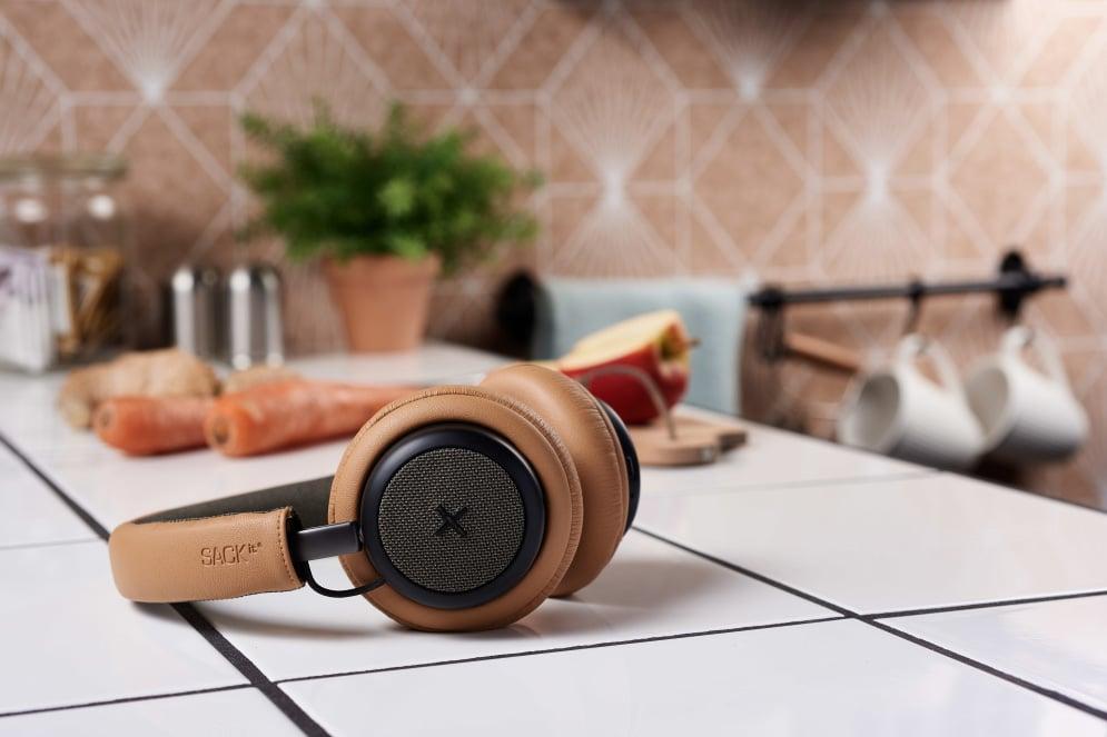 Gyldne udgave liggende på et køkkenbord - test af touchit hovedtelefoner med aktiv noise cancellation støjreduktion hovedtelefoner med støjdæmpning anmeldelse