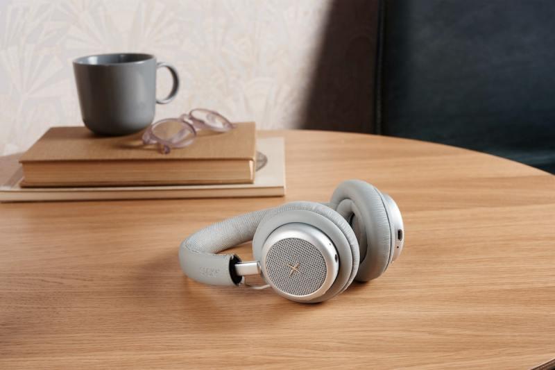 Grå udgave på bord - test af touchit hovedtelefoner med aktiv noise cancellation støjreduktion hovedtelefoner med støjdæmpning anmeldelse