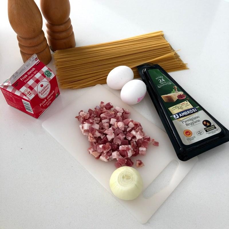 opskrift på pasta spaghetti carbonara spagetti cabonara opskrift på hjemmelavet bacon pancetta fløde og æg løg