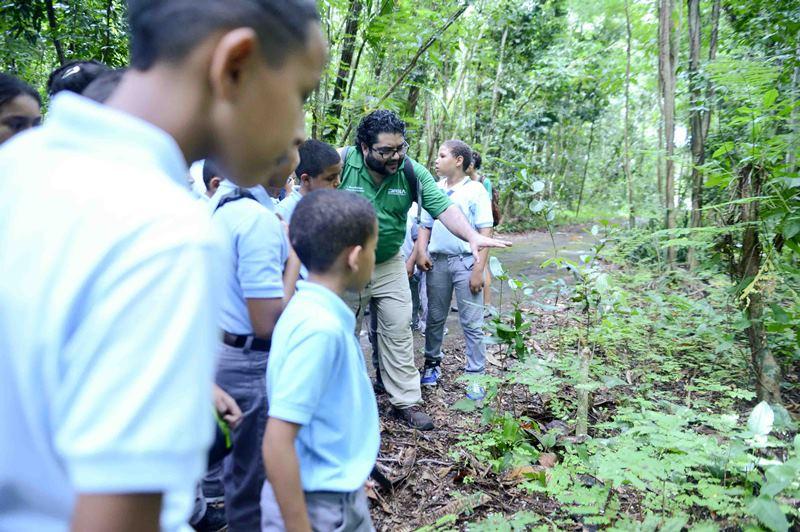 El programa Contacto Verde, establecido mediante la Ley Núm. 36 de 2015, tiene el propósito de garantizar la participación de los estudiantes de todos los niveles del sistema educativo en talleres y visitas a lugares de valor ecológico en Puerto Rico, junto a sus compañeros de estudio y a sus familias.