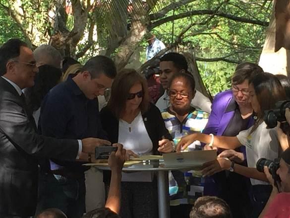 José Barea (ENLACE), Gobernador, Jo Ellen Darcy (Cuerpo Ingenieros), Carmen Febres (G-8), Judith Enck (EPA) firman acuerdo entregado por los jóvenes de la comunidad.