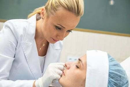 Bezpieczny zabieg medycyny estetycznej wypelnienia doliny łez kwasem hialuronowym