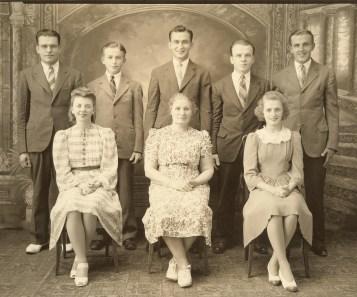 Niemczura family & my mother(left front)19410001