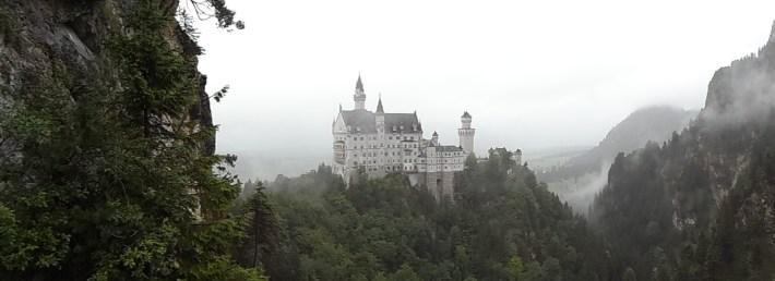 Le Neuschwanstein au soleil, c'est pour les amateurs, les vrais le prennent dans le brume, trempés jusqu'au slip par une pluie battante