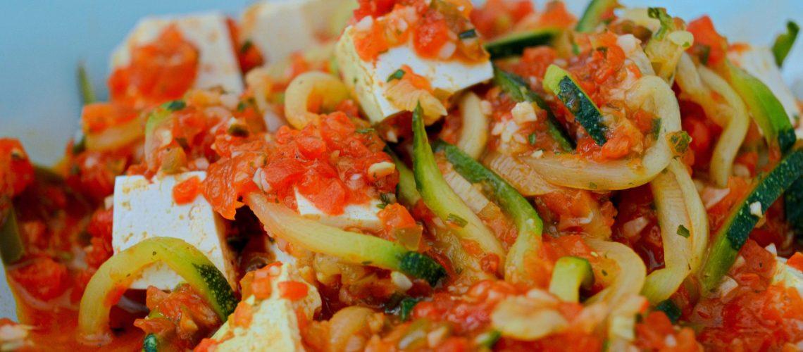 Paprykowe pesto z spaghetti z cukinii.