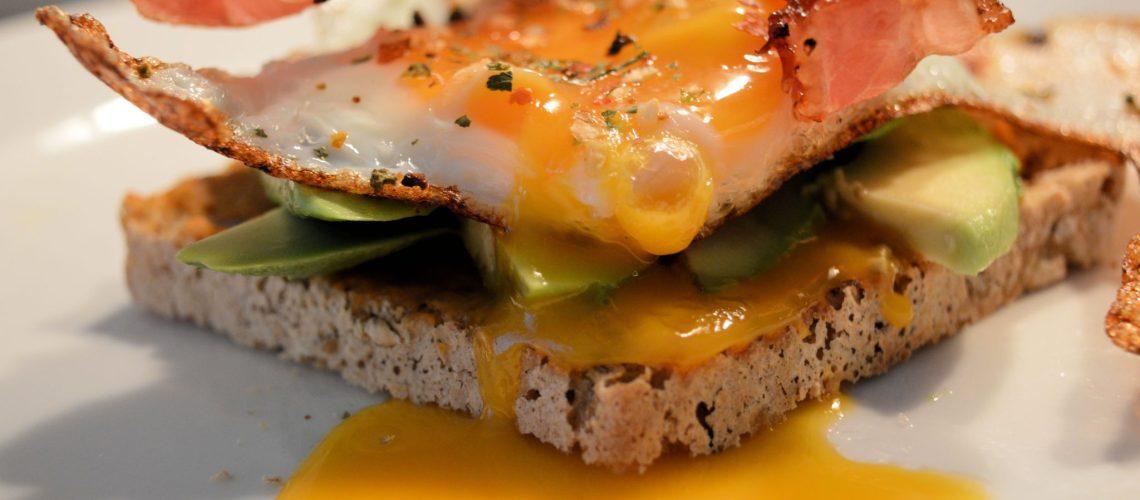 Jajo sadzone na kanapce.
