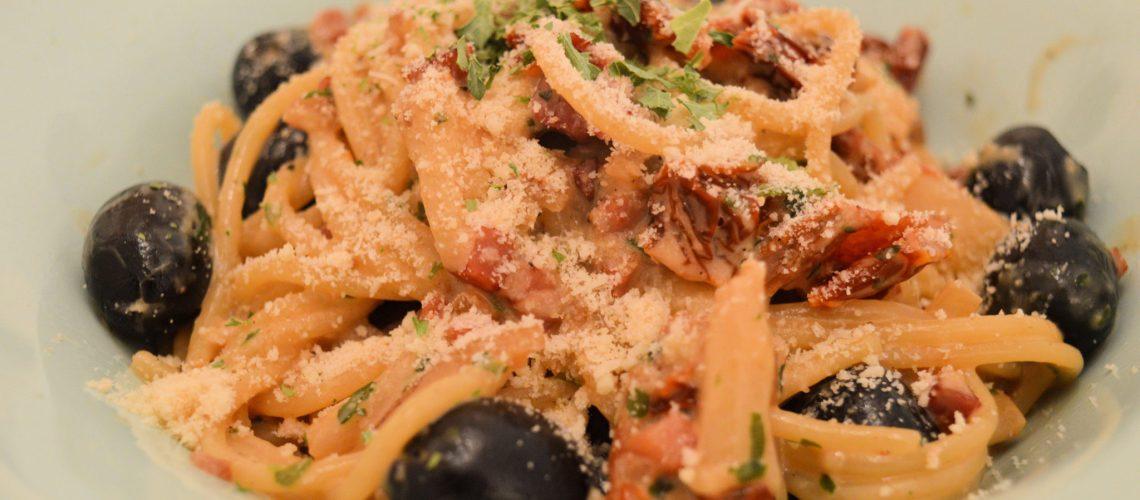 Spaghetii z suszonymi pomidorami i szparagami.