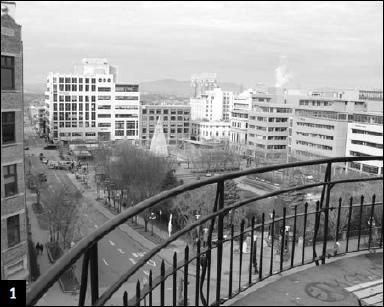 Photo du haut de l'escalier du Fauxbourg, on voit donc le bas de la Côte d'Abraham et des édifices autour des Jardins Saint-Roch