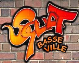 Logo : Squat Basse Ville écrit comme un tag (graffiti) en dégradé orange-rouge sur un mur de briques brun-rouge.