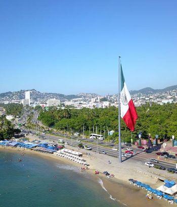El asta bandera a un lado del parque papagayo