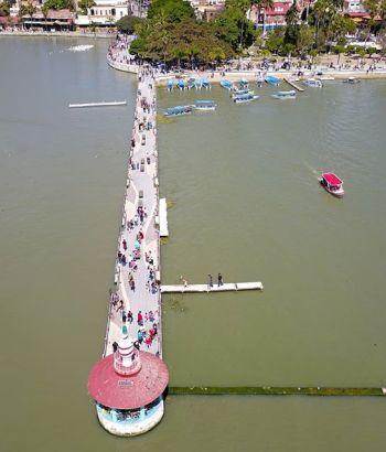 Faro en el malecón del lago de Chapala